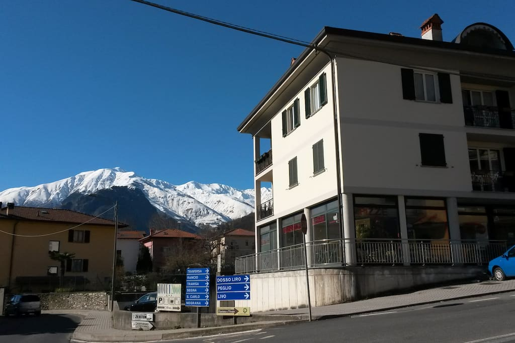 Un immeuble récent, de petite taille, calme, entouré par les montagnes