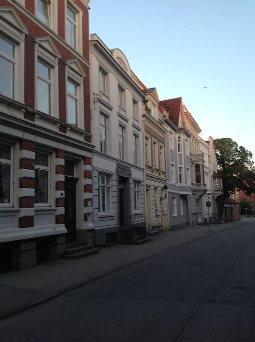 Die Straße - das Haus ist das zweite von links
