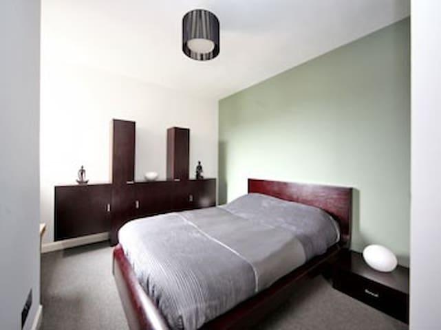Beautiful room w/ensuite & parking - Aberdeen - Apartament