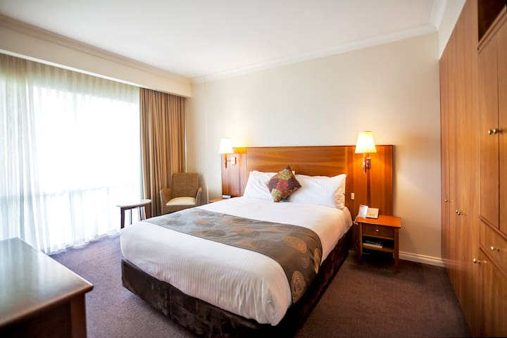 Classic Queen Room at Century Inn Traralgon