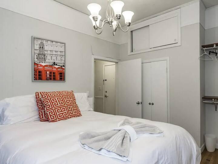 Great Back Bay location, 1 bedroom, cozy & cute