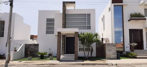 Hermosa casa en Urb. Manta Beach en Manta-Manabi