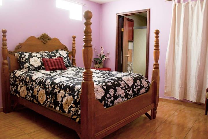 Queen size bed in a bright and comfy room/ Cama matrimonial en un cuarto cómodo y con luz