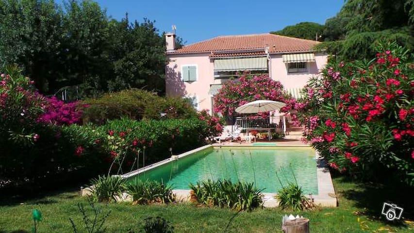 Rez de jardin dans villa plein sud. - Toulon - House