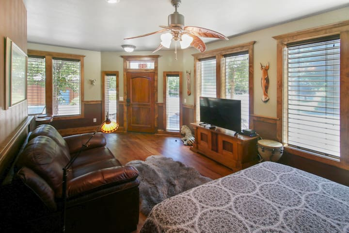 In the heart of Jacksonville Studio Apartment! Light and bright, blocks to Britt