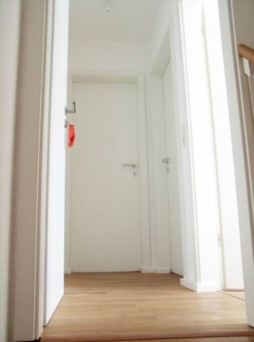 Die Wohnung hat drei Zimmer und unten den Flur.
