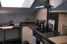 Küche inkl. Herd, Backofen, Spülmaschine, Kühlschrank, Wasserkocher, Toaster und Zubehör (French Press für Kaffee/ Gewürze/ Essig und Öl)