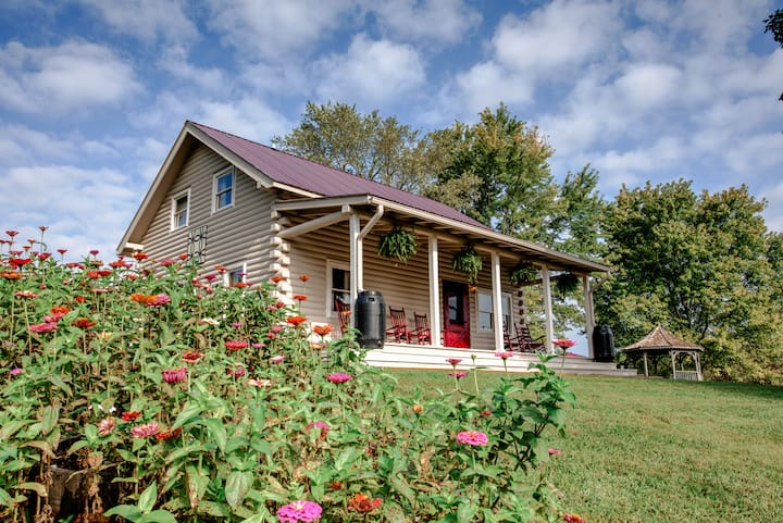 French Broad Cabin: private hiking, covered porch, fire-pit, downtown Marshall & 70 Mile VIEWS!