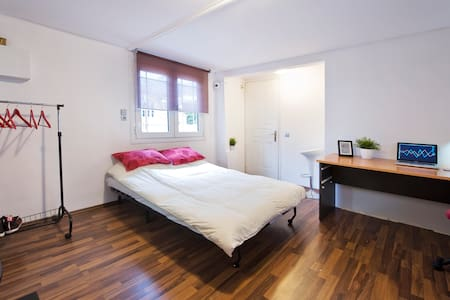 Comfortable & fully equipped private WiFi studio in Safe & Cute South Athens neighborhood. Very good communications, Less than 10min walking away Metro station. Central Athens 10-20 minutes, depending on where you go. Acropolis 10 minutes by metro.