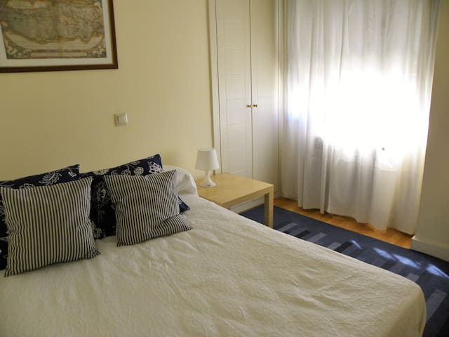 Cozy and bright queen size bed room - Madrid - Apartmen