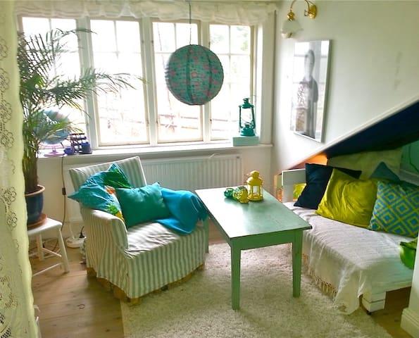 Liten sittgrupp i sovrummet / Small sofa in the bedroom