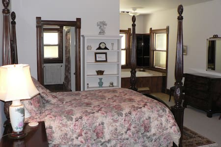 C&W Ranch B&B Master Suite - Smolan - Bed & Breakfast