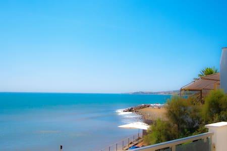 In villa on the beach, wifi, near Rome - Santa Marinella - Villa