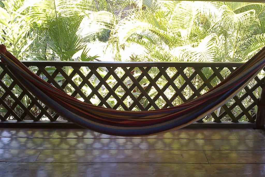 Relax in the hammock. Relájate en la hamaca.
