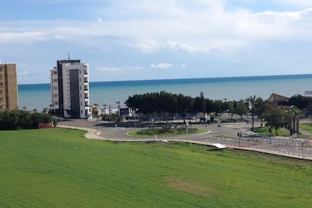 Bright 1 BDR apt with a sea view balcony - Larnaca - Apartemen