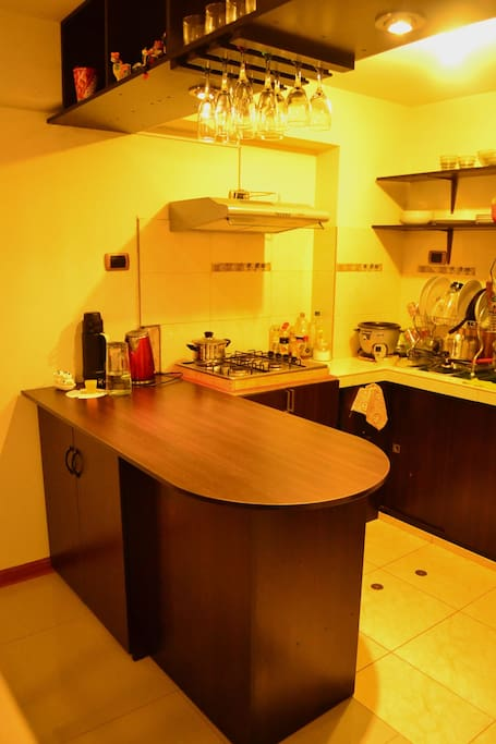 Cocina Empotrada, Microondas, Licuadora, Sanguchera, Hervidor , Arrocera, Menajeria para 3 personas.
