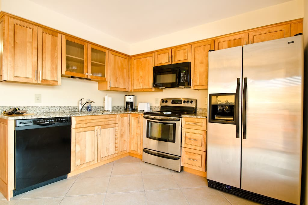 Full Kitchen And Washer Dryer, Private Parking, Garage, Private Beach parking + Cabana access included !