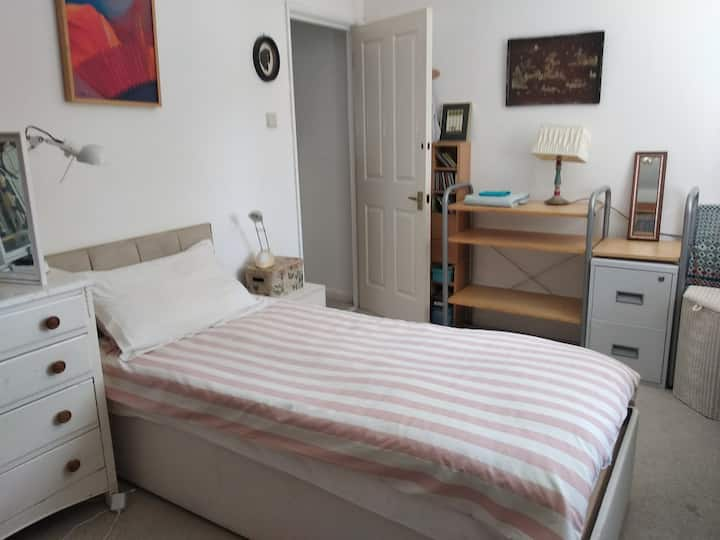 Comfortable bed in spare room, center of Lewes.