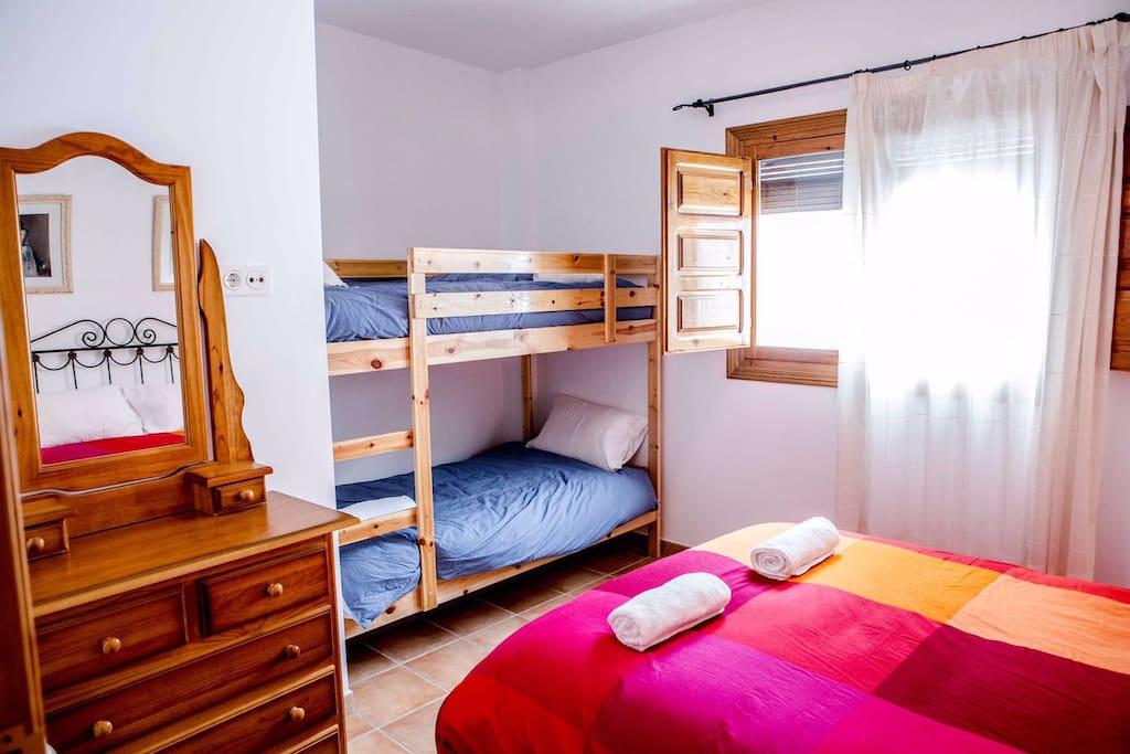 Primera Habitación, cama matrimonio y litera.