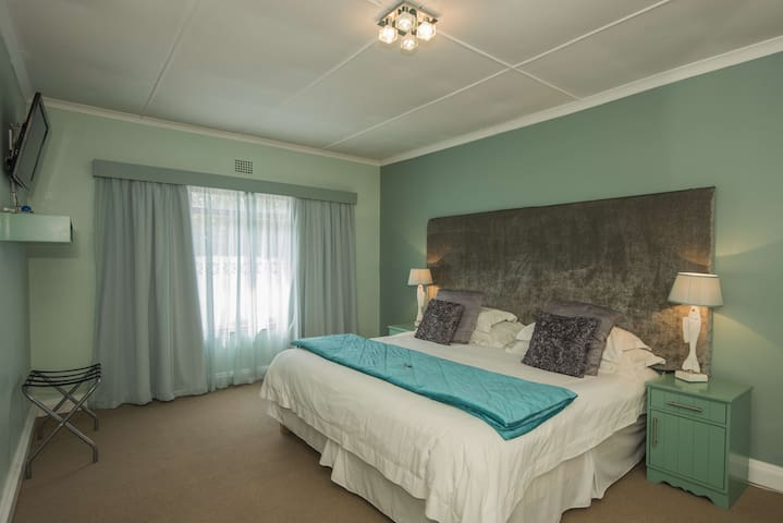 Whale Coast Lodge Hermanus (Humpback Whale Room)