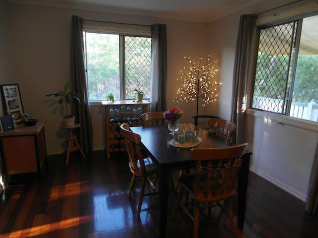 Tranquil room overlooking bushland - Camp Hill - Casa