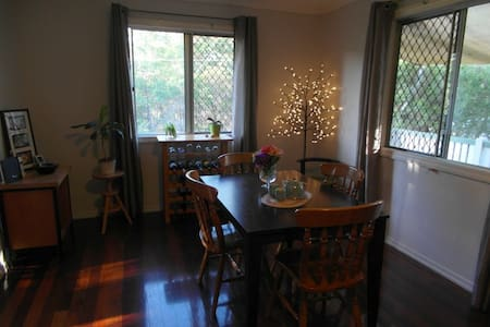 Tranquil room overlooking bushland - Camp Hill - 一軒家