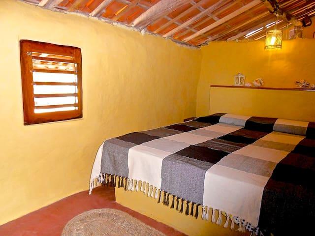Main bedroom (queen bed) Quarto (cama queen)
