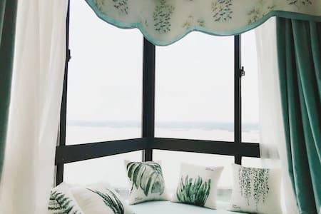 The lake house •彼岸北冥 瑞典江景大床房 特色飘窗观景 毗邻步行街 交通便利 可做饭