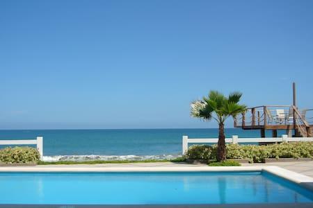 Maravillosa casa al pie del mar en Punta Blanca - Santa Elena - Ház