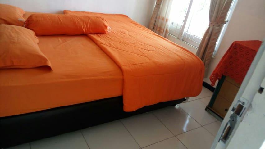 Kamar dengan bed ukuran  180 x 200 cm