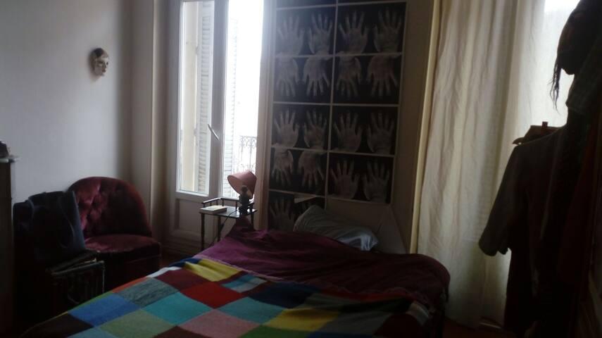 Grande chambre vue sur eglise  ,bd Chave / Camas