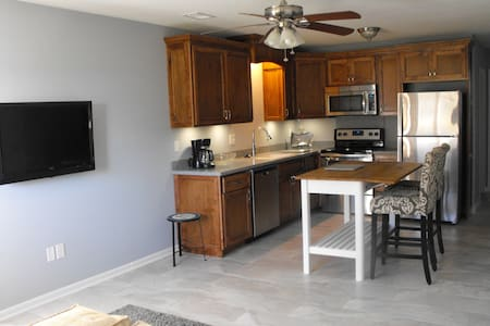 New! Childrens Mercy Park/Speedway 2br 2bh Garage! - Kansas City - Townhouse