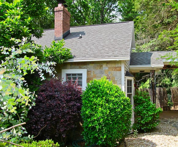Cozy Studio Bungalow close to downtown Greenville - Greenville