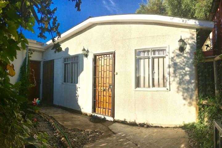 Patio y acceso al dormitorio (puerta derecha) con orientación poniente (soleada)