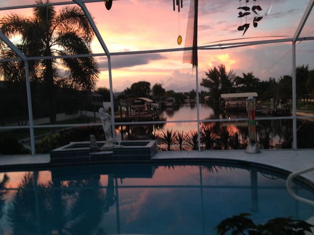 XTRA LARGE WATERFRONT HEATED POOL HOME SW CAPE - Cape Coral - Hus