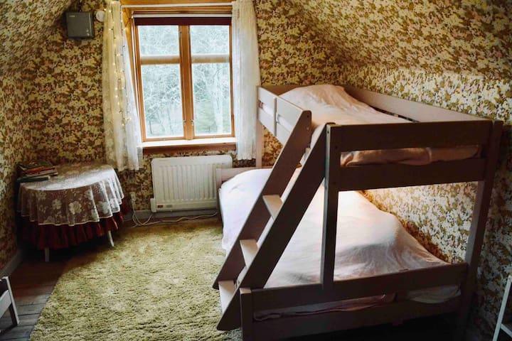 Sovrum med våningssäng med plats för tre