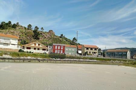 Un hogar entre la piedra y el mar.