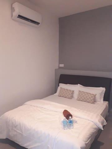 仙本那光环酒店 (HALO HOTEL)  一张大床房(无窗)含早, 房有浴室