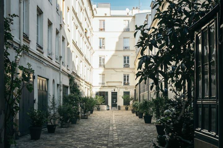 Parisian Escape at the Esplanade des Invalides - Parijs
