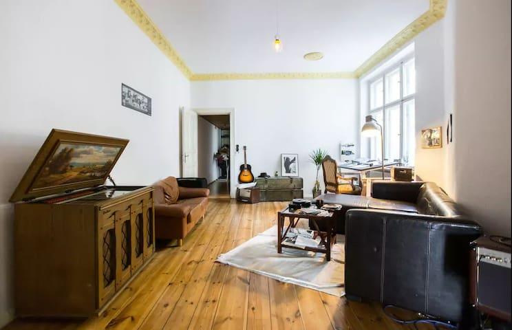Großes Helles Zimmer in Musiker Wohnung