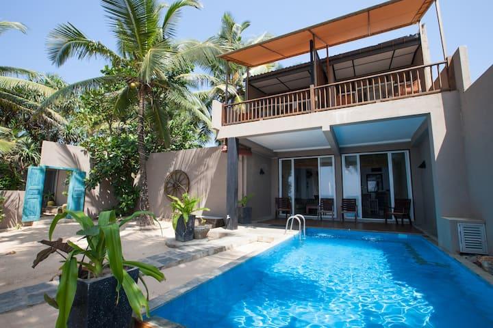 Hikks Villa - Beach front Villa