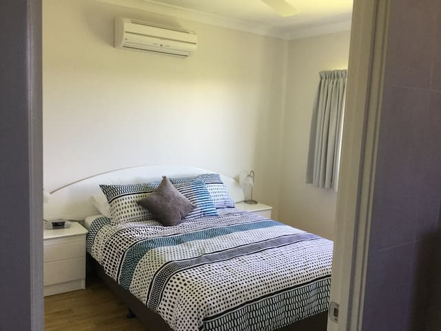Very comfortable queen bed. Fan and air conditioning .