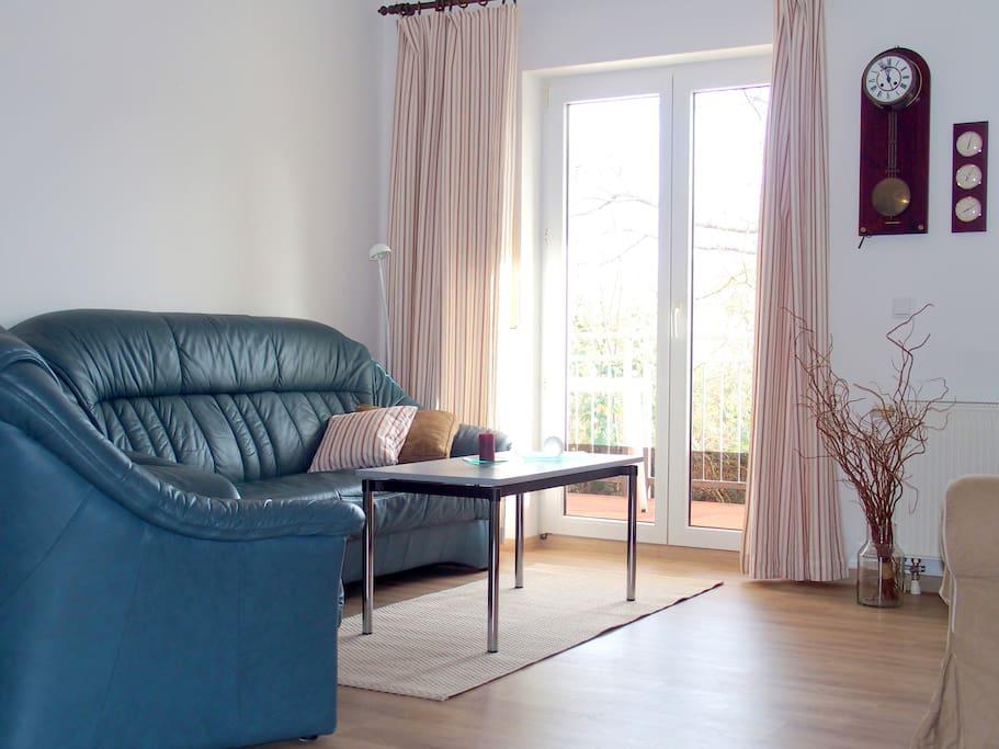 Sitzecke im Wohnbereich mit Ausgang zum Balkon