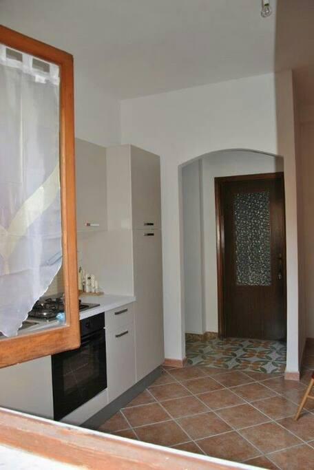 la casa e' ampia comoda e luminosa, con un cortile interno che garantisce pirvacy  e tranquillità durante il soggiorno.