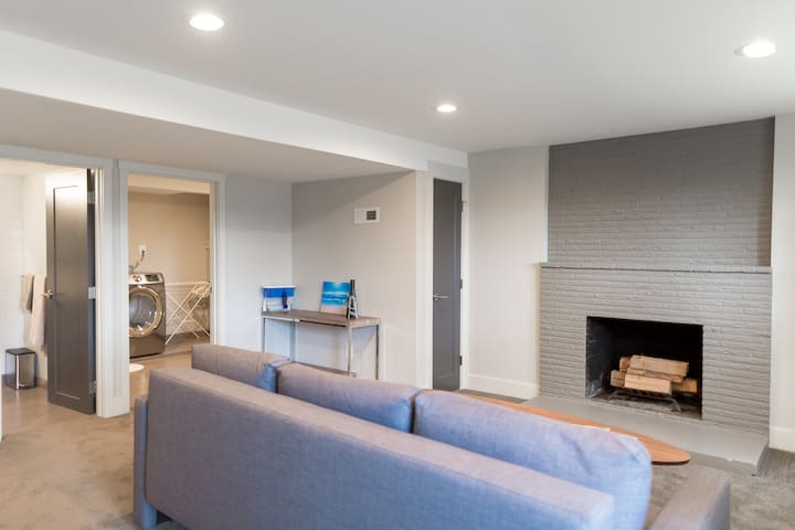 Clean Modern Daylight Basement Unit - Shoreline - House