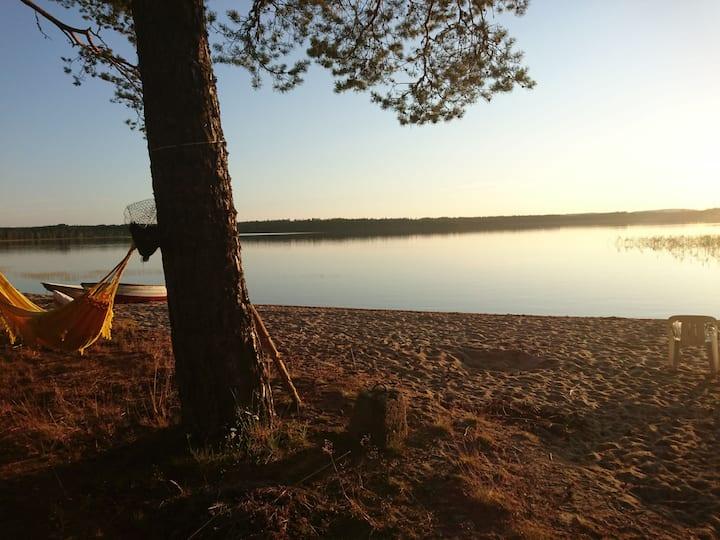 Glampingstuga vid sjö.  Morgondopp, hängmattemys.