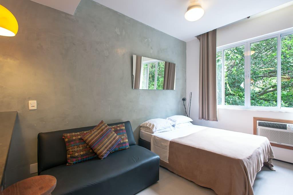 cama de casal, sofá cama, ar condicionado, ventilador de teto, vista para o verde