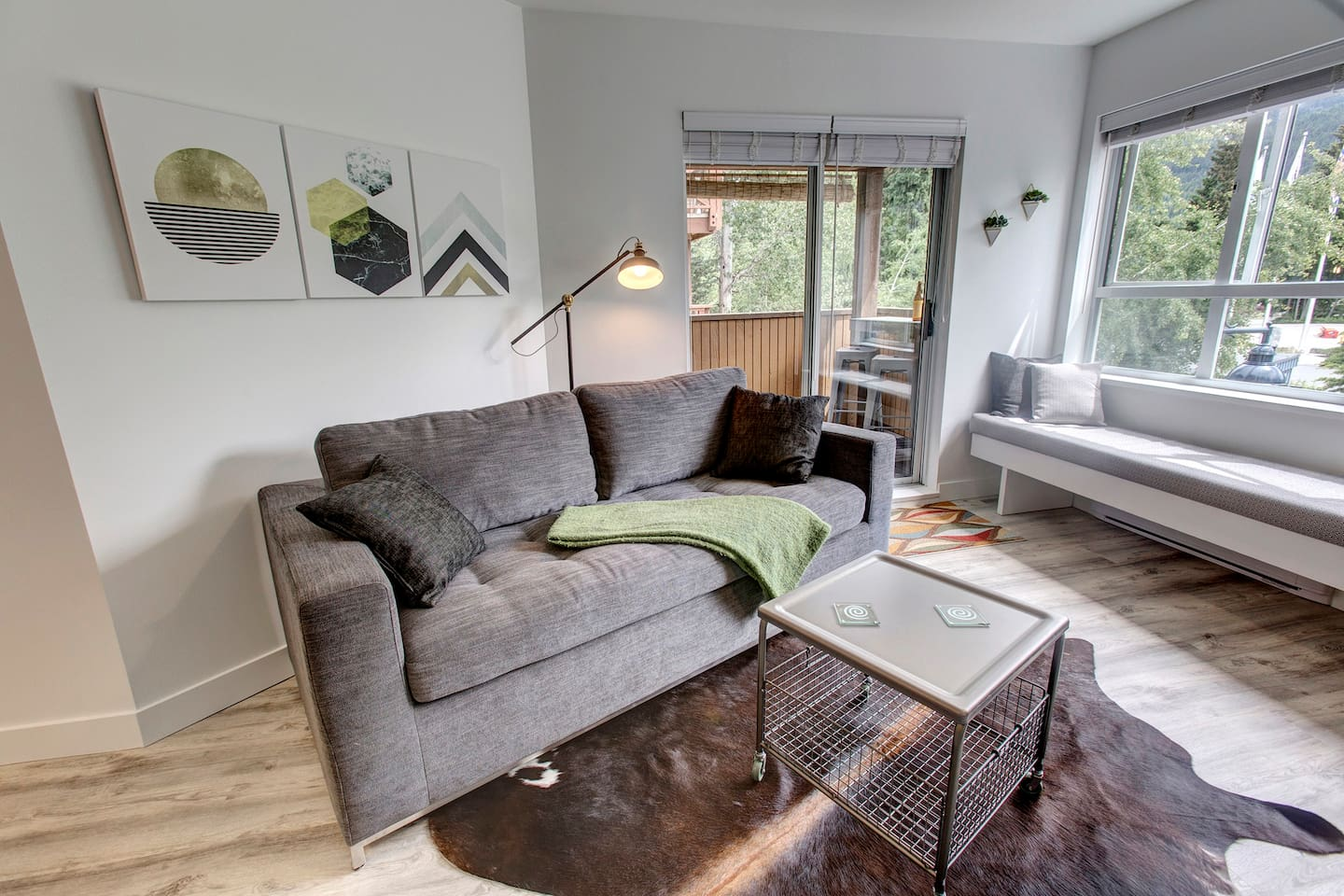 """Super cute little space within walking distance of the gondolas. Convenient location in the village means being able to walk to all the best restaurants and bars around after hitting the slopes. Highly recommend this place!"""