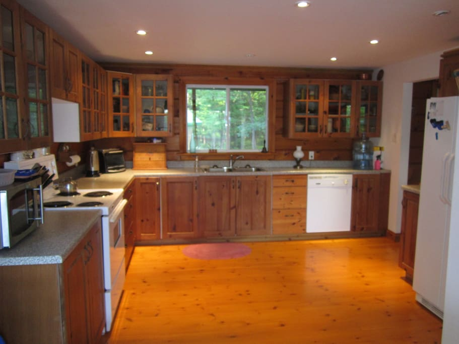 Open concept, fully equipped kitchen