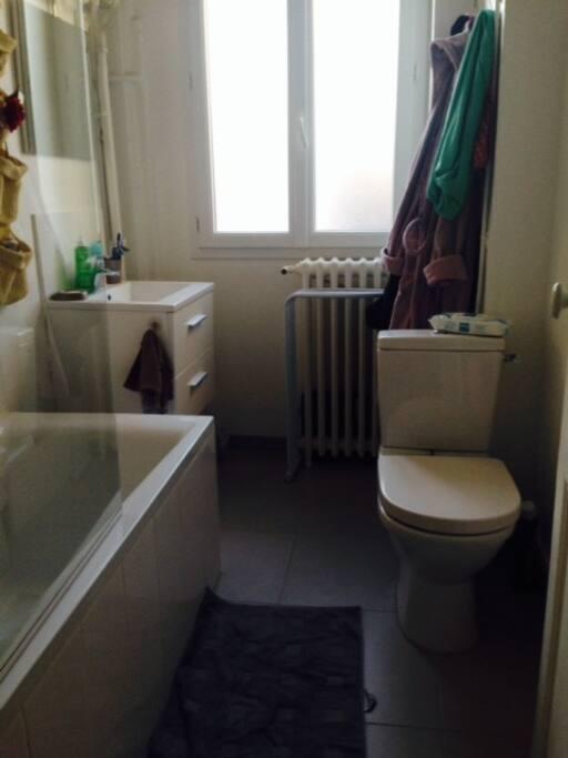 Salle de bain très lumineuse, avec baignoire